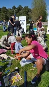 Eliana Muñoz hjälper folk på att bygga drake